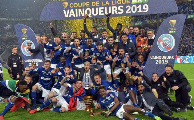 Les joueurs de Strasbourg célèbrent leur titre sur la pelouse du stade Pierre-Mauroy de...