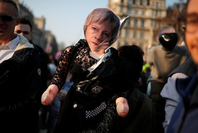 The Sunday Times: Αντιμέτωπη με την κατάρρευση της κυβέρνησής της η Τερέζα