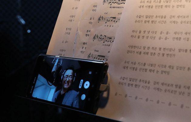 유투브에서 활약 중인 가수 권인하가 27일 오후 경기 고양시 작업실에서 노래 연습을 하고 있는 모습을 자신의 스마트폰으로 찍고