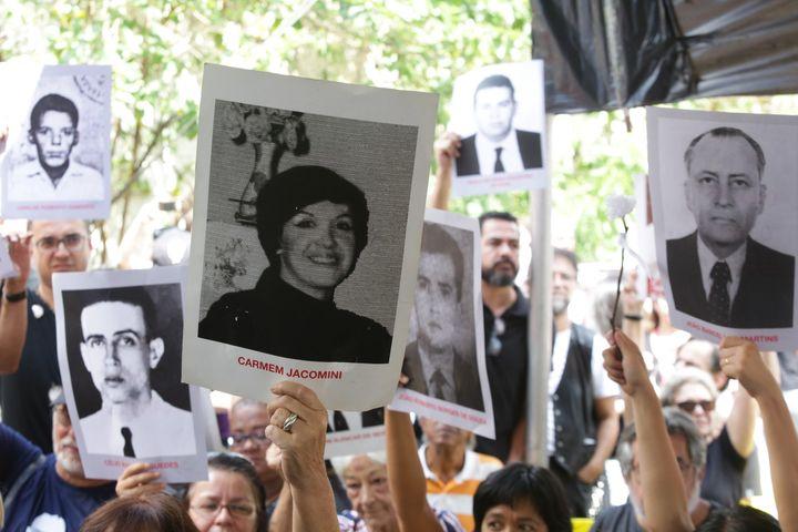 Com fotos de mortos e desaparecidos na ditadura, manifestantes protestam contra a celebração do período militar no último sábado (30), em São Paulo.
