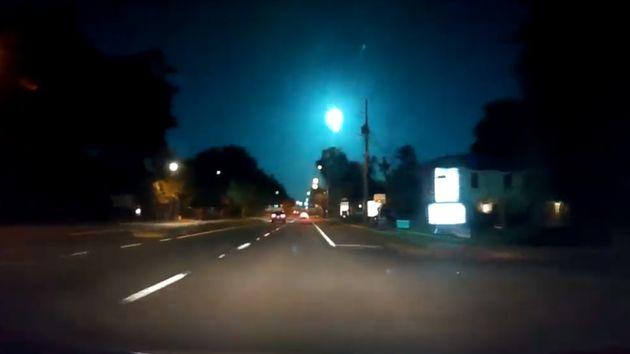 Η στιγμή που ένας πράσινος μετεωρίτης περνάει πάνω από αυτοκίνητα στη
