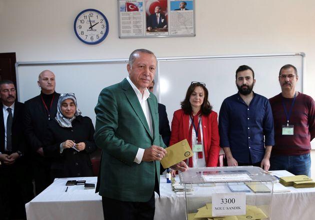 Recep Tayyip Erdogan au moment de voter aux élections locales ce dimanche 31 mars à