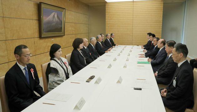 「元号に関する懇談会」に臨む有識者(左側)と菅義偉官房長官(右手前から4人目)=4月1日、首相官邸