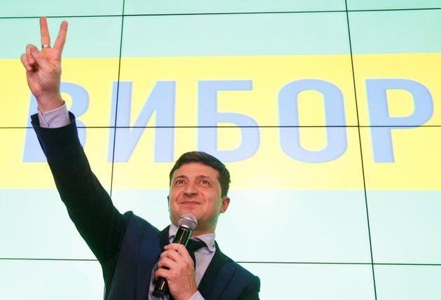 우크라이나 코미디언이자 배우인 볼로디미르 젤렌스키(41) 후보가 대통령선거 출구조사 결과 직후 자신의 선거 사무소에서 '브이'자를 그려보이고 있다. 키예프, 우크라이나. 2019년