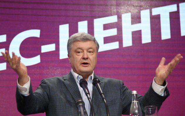 우르라이나 현직 대통령인 페트로 포로셴코후보가 대선 출구조사 결과 발표 직후 자신의 선거 사무소에서 기자회견을 하고 있다. 키예프, 우크라이나. 2019년