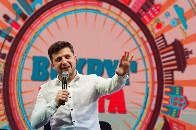 코미디언 겸 배우인 볼로디미르 젤렌스키 후보가 대선 선거운동 도중 '코미디쇼' 형태의 유세를 진행하는 모습. 브로바리, 우크라이나. 2019년
