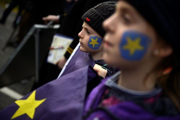 Unos niños se manifiestan contra el Brexit, este domingo, en la frontera entre Irlanda e Irlanda...
