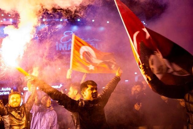 Dans le centre-ville d'Istanbul, des opposants au parti présidentiel de Recept Tayyip Erdogan...