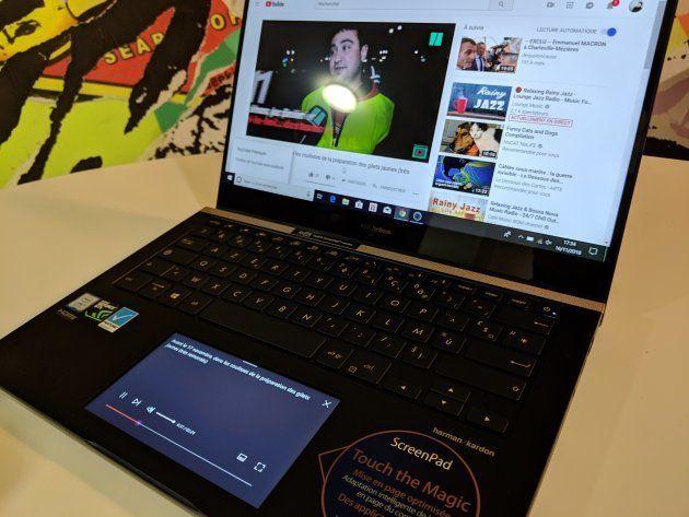 Le Screenpad de l'Asus ZenBook pro 14 affiche les commandes associées à la vidéo sur