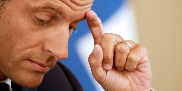 Pour la première fois de son quinquennat, Emmanuel Macron voit sa cote de popularité passer sous la barre...