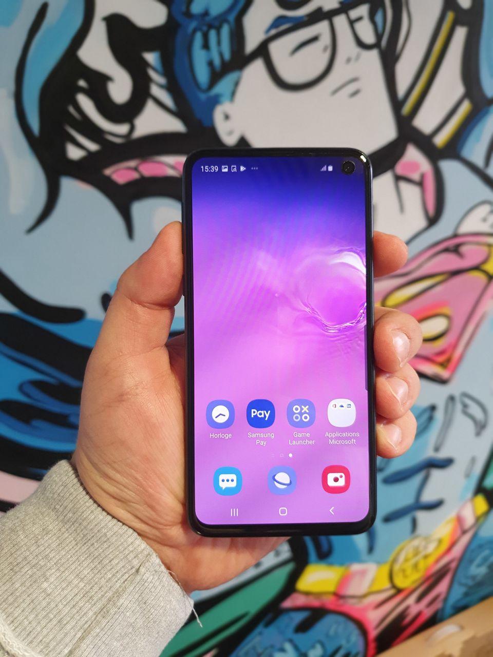 L'écran du Samsung Galaxy S10E en luminosité maximale photographié avec le Samsung Galaxy S10