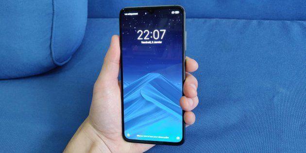 Le Mi 9 est le dernier fleuron de Xiaomi. Son écran occupe près de 85% de la face avant grâce à son encoche...
