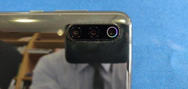 Le triple capteur photo ressort énormément. A tel point que le smartphone penche un peu quand il est...