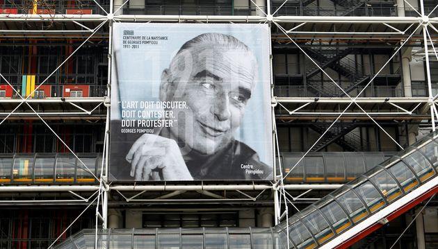 Portrait géant de Georges Pompidou sur le musée qui porte son nom à Paris, en février