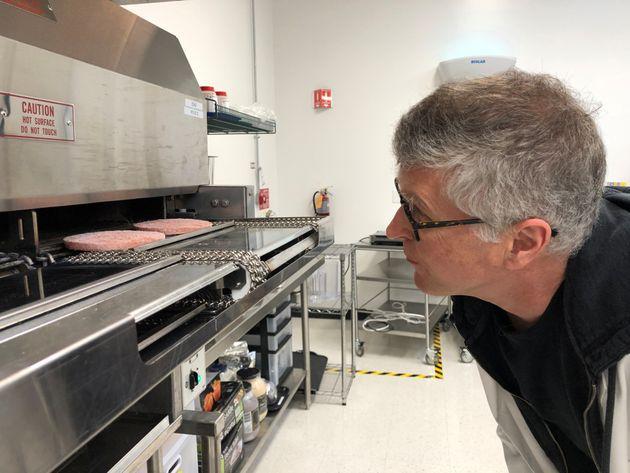 '임파서블 푸드'를 창업한 팻 브라운이 미국 캘리포니아주 레드우드시티에 위치한 연구소에서 '채식 패티'를 들여다보고 있다. 2019년