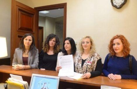María Sevilla, segunda por la derecha, junto con varias diputadas de Podemos en el Congreso de...