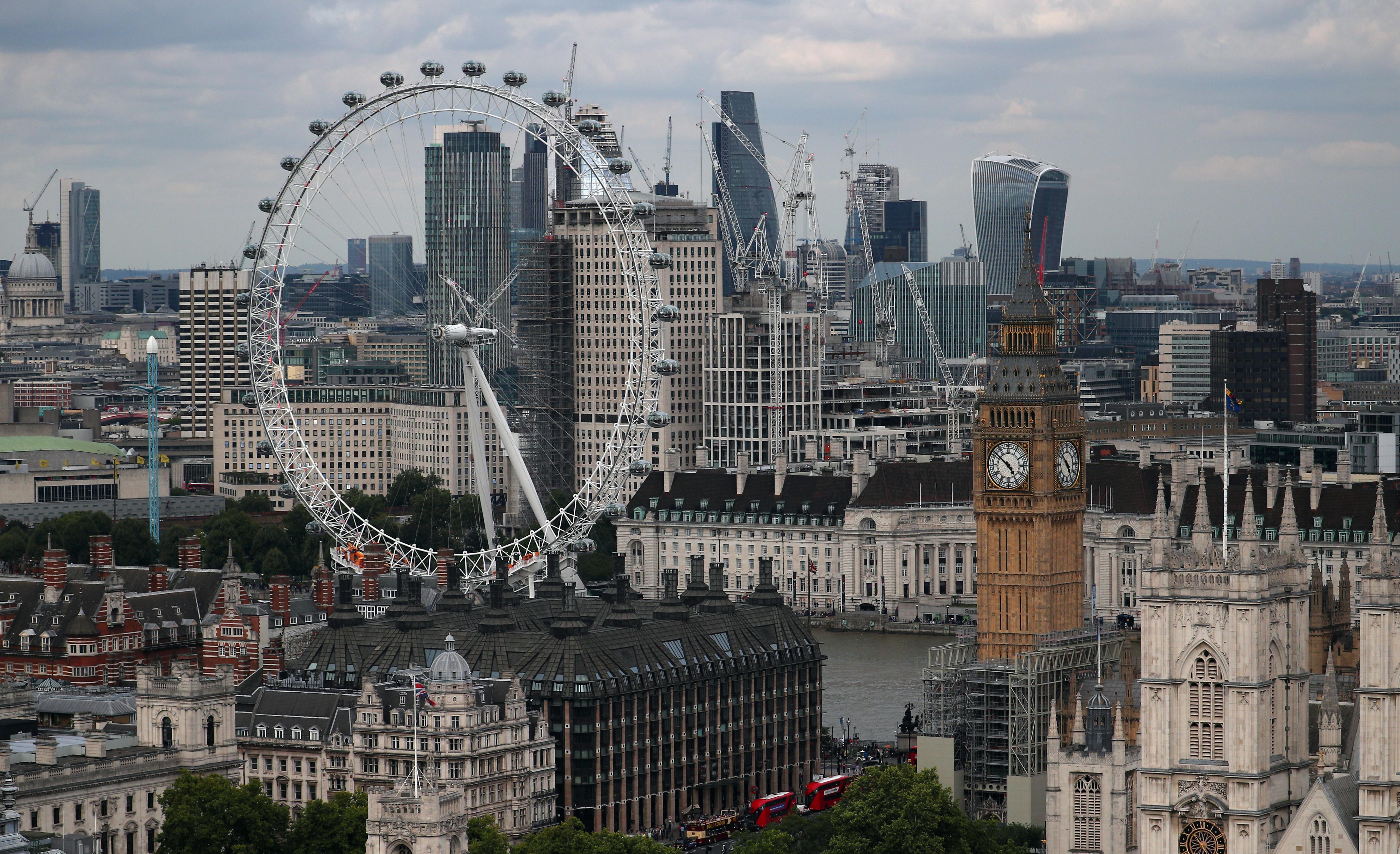 Τεράστια στήθη πλημμύρισαν το Λονδίνο για καλό