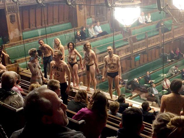 Un grupo de activistas climáticos se desnuda durante el debate del