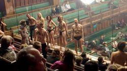 Un grupo de activistas semidesnudos se cuela en el debate parlamentario del Brexit para protestar contra el cambio