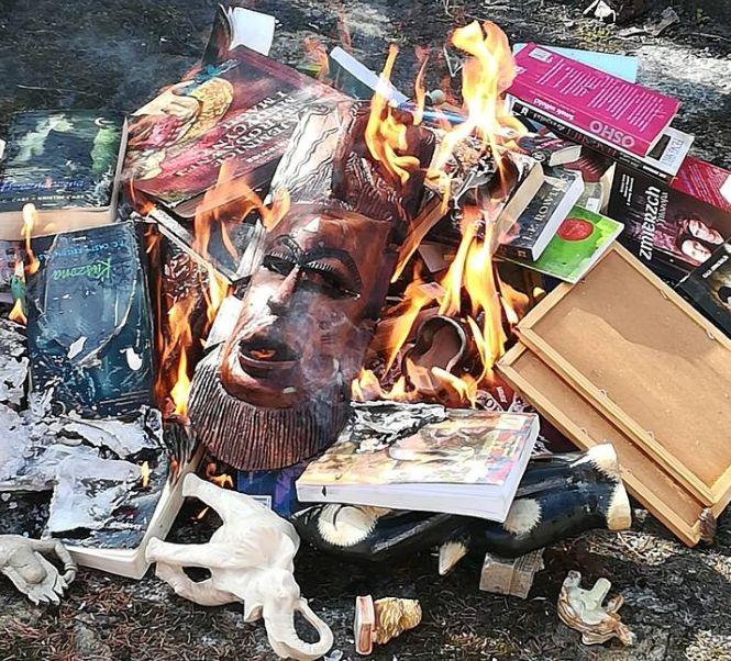 Des prêtres polonais brûlent des livres