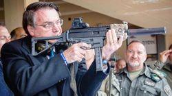 Com foto de fuzil em Israel, Bolsonaro critica leis de