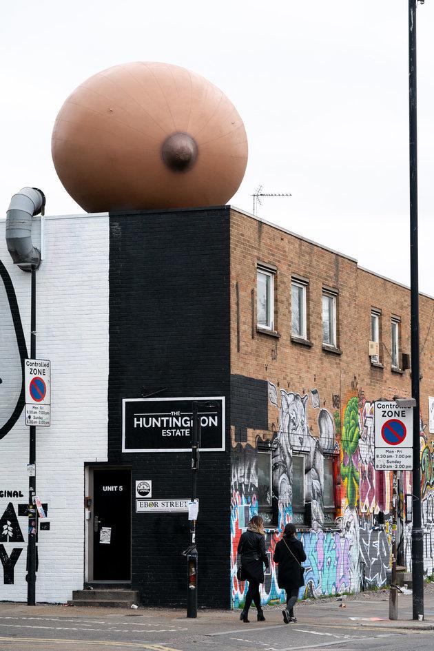ロンドンの街角に巨大なおっぱいが出現 その意図は?