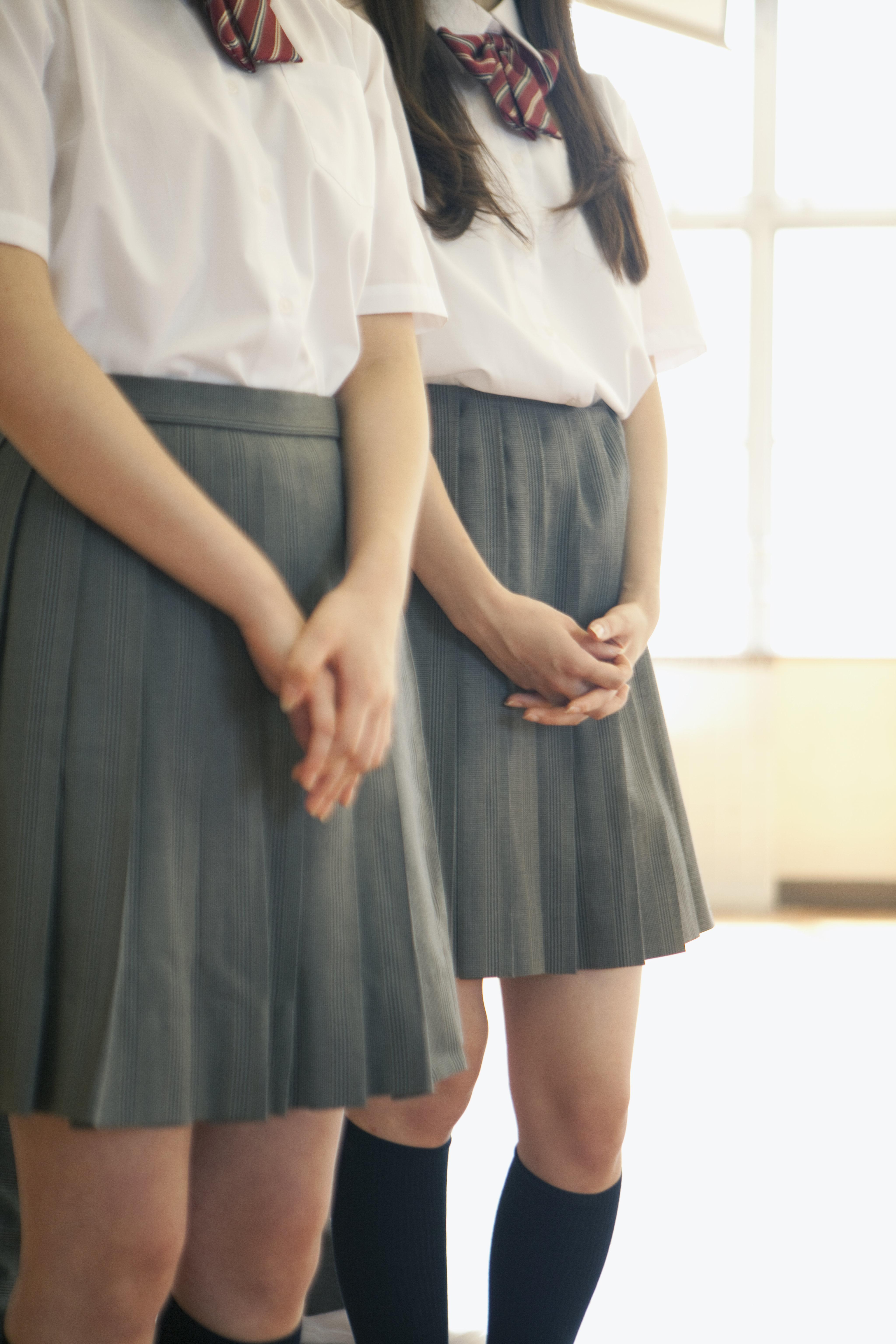 「女子はスカートしか履いちゃいけない」校則は違憲。学校を訴えた女子生徒が勝訴する