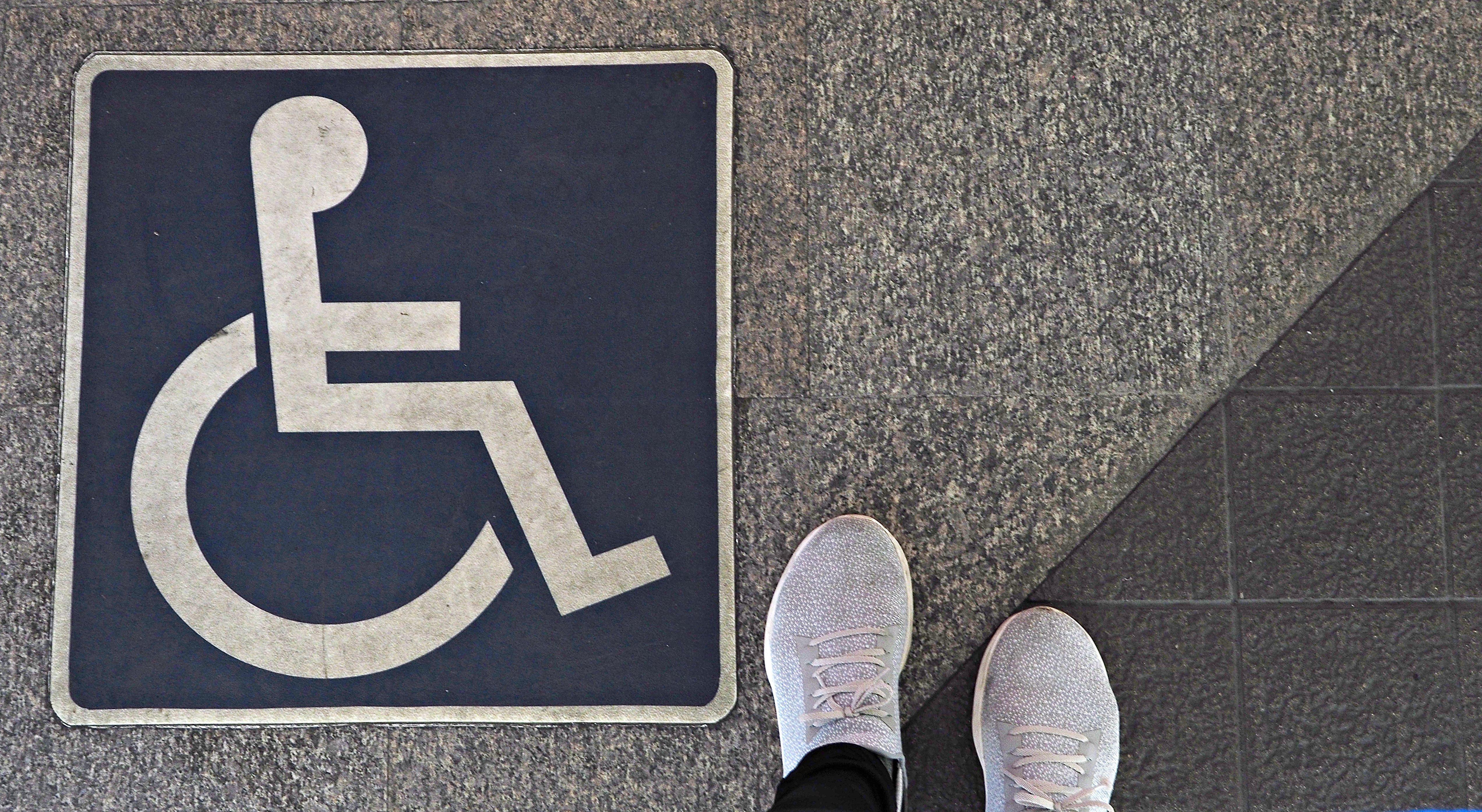휠체어를 탄 4월의