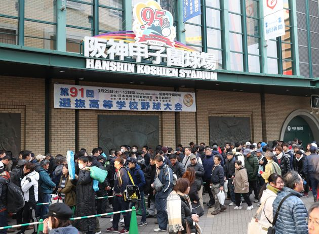第91回選抜高校野球大会初日。開場し球場入りする大勢の観客=3月23日、兵庫県西宮市の阪神甲子園球場