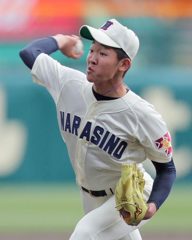 力投する習志野2番手の飯塚脩人投手=4月2日、甲子園