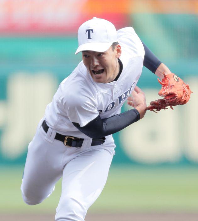 力投する東邦先発の石川昂弥投手=4月2日、甲子園