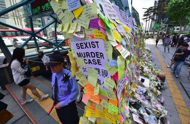 江南駅女性殺害事件の現場に貼られたポストイット。被害者を追悼するコメントが書かれている