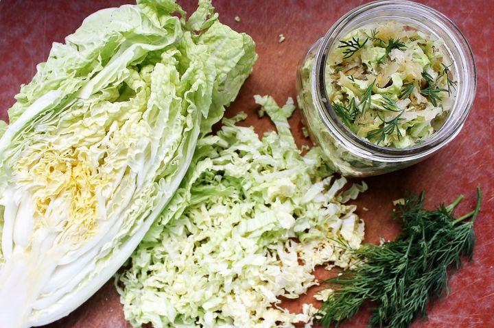 O repolho crespo em fatias fininhas é perfeito para fazer kimchi.