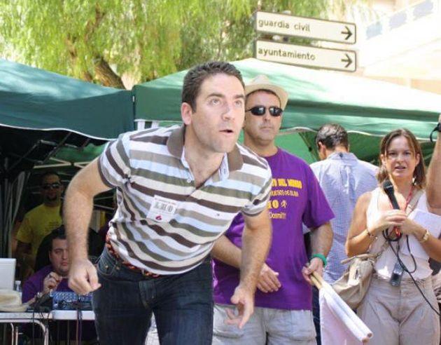Teodoro García Egea, campeón del lanzamiento de hueso de