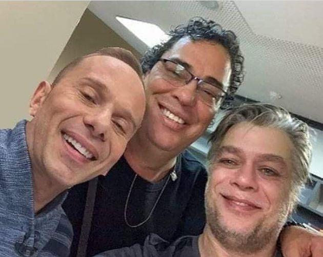 O ex-Polegar Rafael Ilha tira foto com o ex-jogador de futebol Casagrande e o ator Fábio