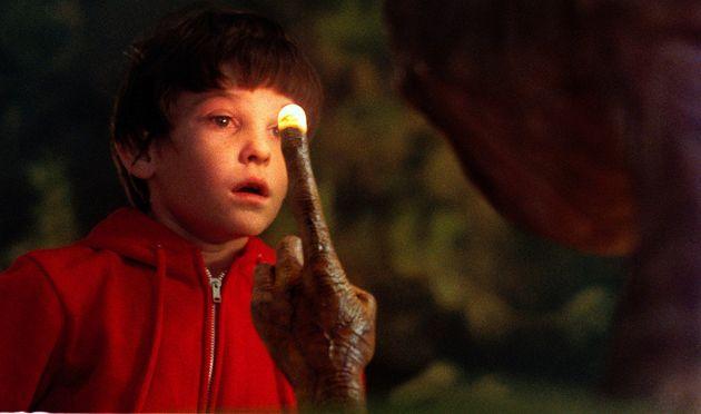 E.T. mostra a seu amigo Elliott que ele só quer ir para