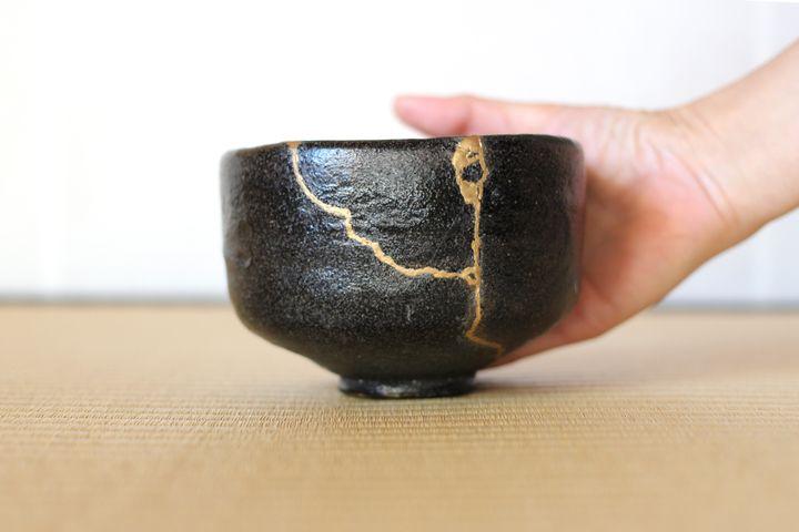 Veias douradas e brilhantes na cerâmica são resultado do kintsugi.