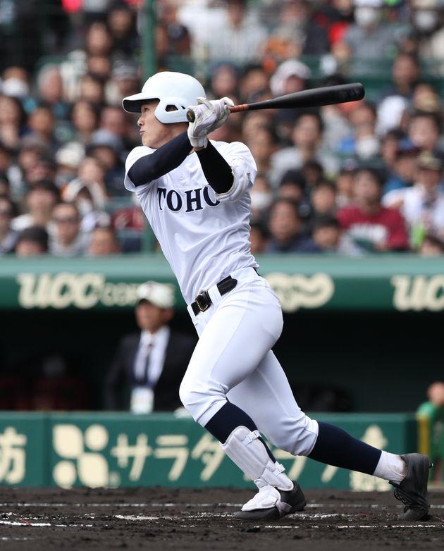 1回裏東邦1死一塁、石川昂弥が先制の2点本塁打を放つ=3日、甲子園