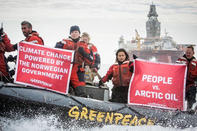 그린피스 활동가들이 북극 바렌츠해에 있는 석유 대기업 스타토일(Statoil)에서 석유 시추 중단을 요구하고