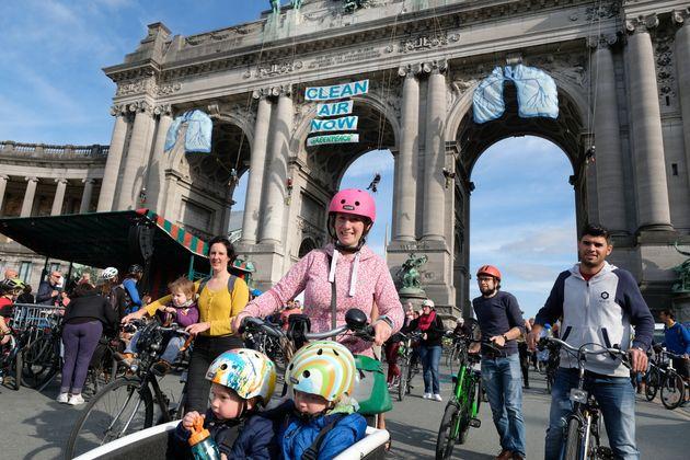 벨기에 시민들이 맑은 공기를 위한 깨끗한 교통을 정부에 촉구하고
