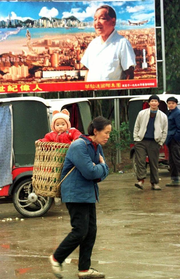 鄧小平の看板の前を通る市民(1996年/四川省)