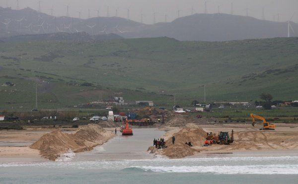 Pose du câble électrique entre le Maroc et l'Espagne à Tarifa (sud de