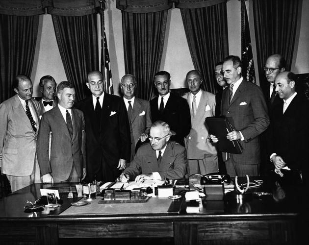 Harry Truman, el entonces presidente de EEUU, firma el acta de creación de la OTAN, en