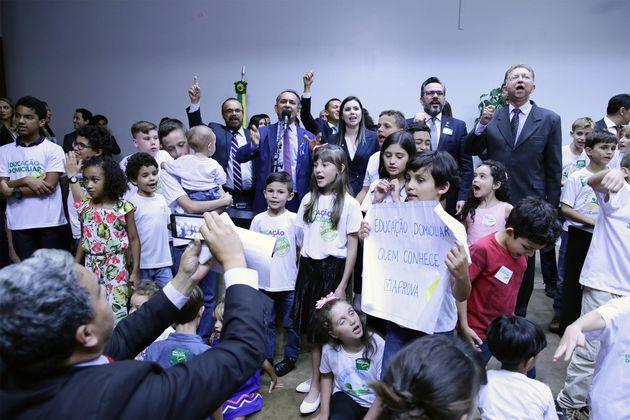 Famílias participaram do lançamento da frente parlamentar em defesa do ensino domiciliar,...