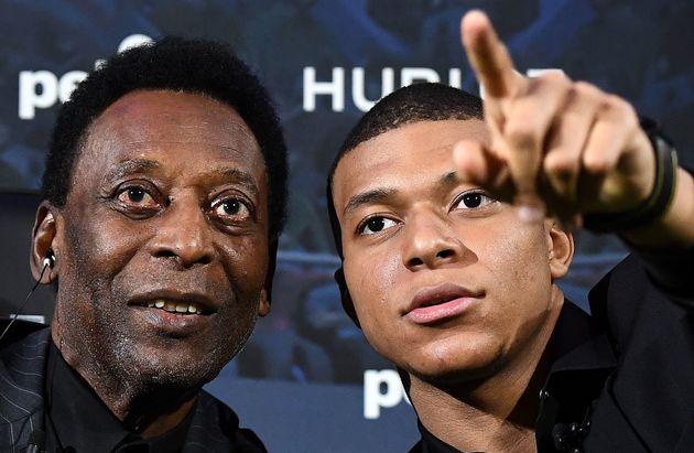 Pelé et Kylian Mbappé mardi 2 avril à Paris, lors d'un événement...