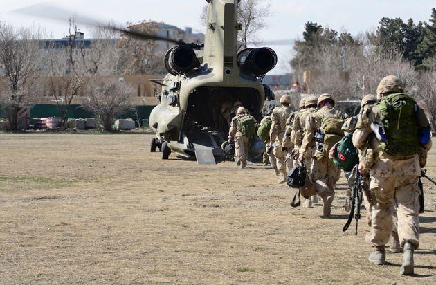Soldados canadienses de la misión de la OTAN en Afganistán, abandonando Kabul en