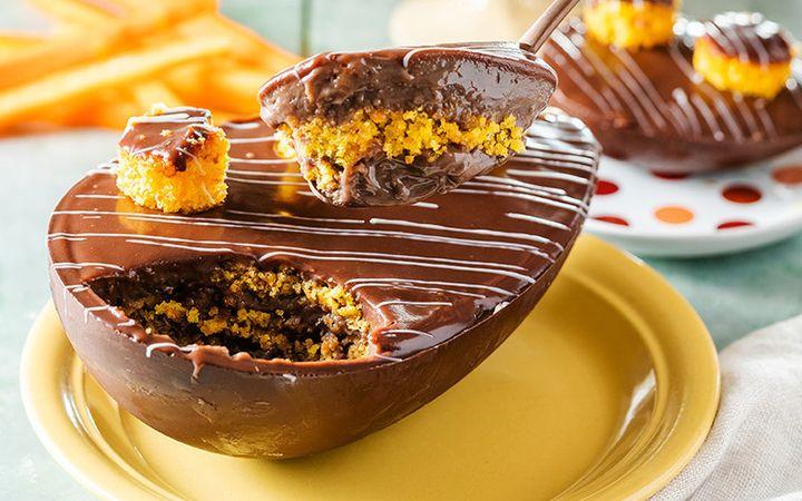 Ovo de bolo de cenoura com chocolate é a grande novidade da padaria Dona Deôla.