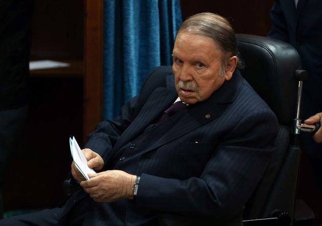 Abdelaziz Bouteflika se rendant aux urnes lors d'un scrutin local, en novembre