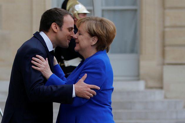 Emmanuel Macron y Angela Merkel, los principales defensores de la idea de ejército europeo, se...