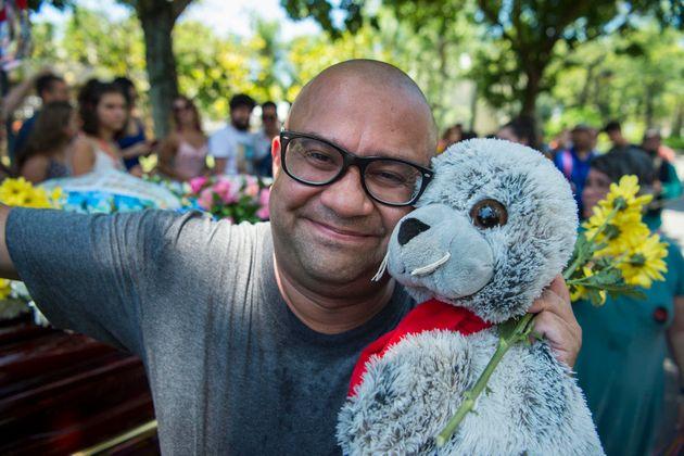 O ator Welder Rodrigues e a famosa foca de pelúcia que o acompanhou nos esquetes do 'Jardim Urgente'...